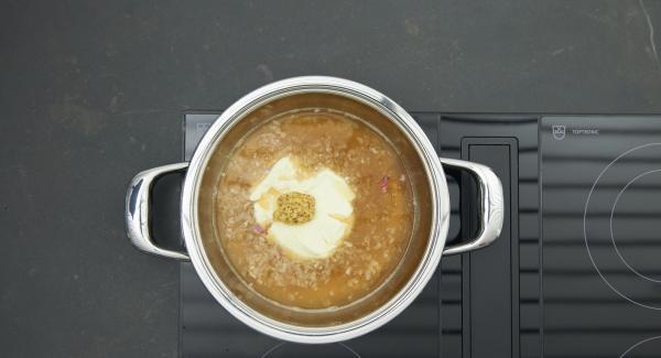 Incorporar la nata líquida, la mostaza y el vermut y dejar que hierva hasta que la salsa esté cremosa. Cortar el pescado en trozos, sazonar con zumo de limón, sal y pimienta y añadir a la salsa.