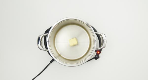 Poner 100 g de mantequilla en la olla y colocarla en el Navigenio a temperatura máxima (nivel 6). Derretir la mantequilla. Tan pronto como empiece a hacer espuma, bajar la temperatura a nivel 3 e incorporar la harina.