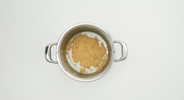 Revolve constantemente, preferiblemente con una cuchara de madera larga, hasta que quede marrón claro. La mantequilla de harina nunca debe oscurecerse demasiado, de lo contrario la sopa se volverá amarga.