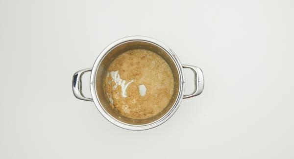 Colocar la olla sobre la tapa invertida y remover con cuidado - Atención: la mantequilla de harina ya está muy caliente - añadir un poco de caldo de carne.