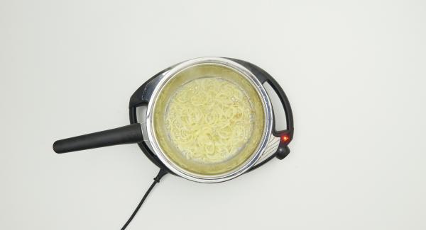 """Cuando el Avisador (Audiotherm) emita un pitido al llegar a la ventana de """"chuleta"""", bajar temperatura de Navigenio (nivel 2) y freír la cebolla hasta que esté ligeramente dorada, din dejar de remover."""