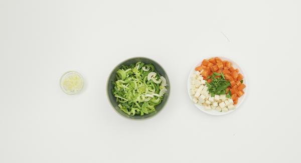 Pelar y cortar la cebolla en dados finos. Pelar también las zanahorias y el apio y cortarlos en dados. Limpiar el puerro, cortarlo por la mitad a lo largo y cortarlo en rodajas.