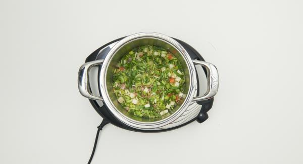 Mezclar todo en una olla con la mejorana, el bacon, la cebada y el caldo de carne. Tapar con la Tapa Rápida (Secuquick Softline).