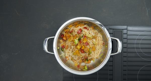 Mantener el fuego encendido y añadir los cacahuetes a las verduras. Sazonar con aceite Sambal, salsa de soja y pimienta. Añadir la pasta y el cilantro y mezclar bien.