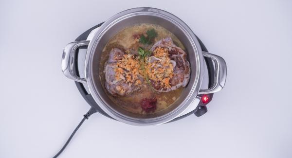 """Añadir las verduras picadas, mezclar con el vino blanco, añadir el caldo y el concentrado de tomate. Tapar con la Tapa Rápida (Secuquick Softline) y seleccionar la función (A). Introducir 30 minutos de tiempo de cocción en el Avisador (Audiotherm) y girar hasta que aparezca el símbolo de """"turbo""""."""