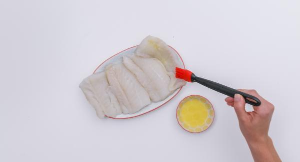 Secar el pescado y untar un poco de mantequilla por un lado, girar y sazonar con sal y pimienta.