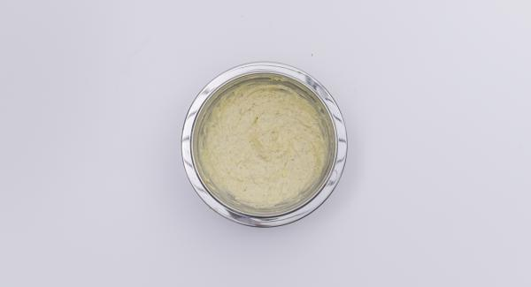 Mezclar el queso fresco con el parmesano y la yema de huevo y extender sobre los filetes de pescado. Colocar el calabacín y las rodajas de patata en forma de escamas sobre el pescado. Pintar con la mantequilla restante.