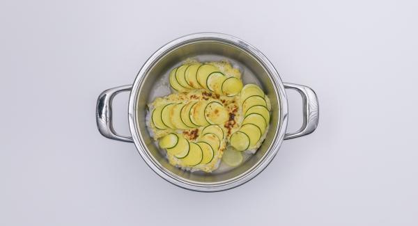 Espolvorear el pescado con las hojas de romero para servir.