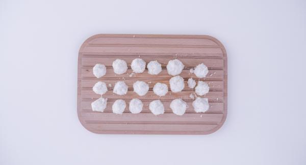 Mezclar el coco, las claras de huevo y el azúcar glas en un bol y formar bolitas con la mezcla resultante.