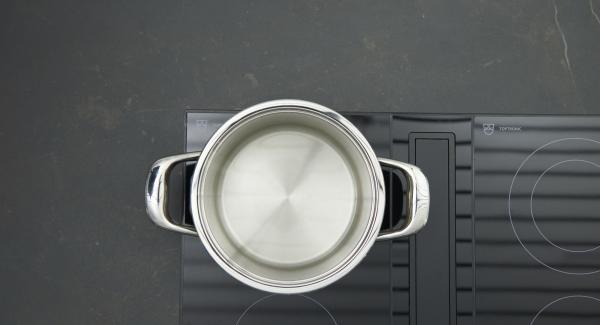 Colocar las patatas lavadas en la Softiera. Verter agua (unos 250 ml) en una olla.