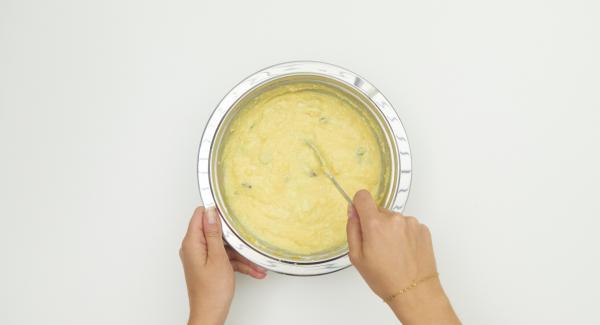 Mezclar las patatas, huevos, cuajada de queso, vainilla en polvo, cáscara de limón y pasas. Dejar reposar la masa tapada unos 20 minutos.