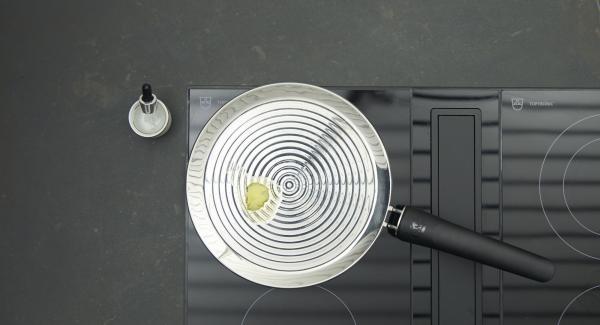 """Tan pronto como se alcance la temperatura perfecta para freír, bajar al nivel 2, añadir un poco de mantequilla y distribuir. Colocar pequeñas porciones formando """"hojas"""" en la oPan y freír hasta que se despeguen facilmente, girar y freír la otra cara."""