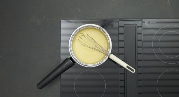 Mientras tanto, mezclar los ingredientes de la salsa con una varilla en una olla pequeña. Colocar la olla en el fuego a temperatura baja. Batir hasta que quede muy espumoso, removiendo vigorosamente.