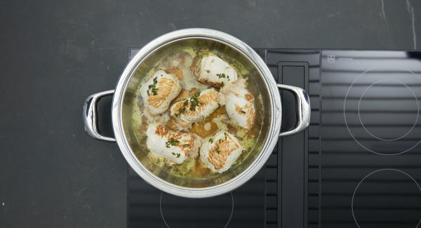 Amasar la harina con mantequilla. Retirar los rulos y reservar, llevar el caldo a ebullición. Añadir la mantequilla de harina y dejar que la salsa se espese a fuego lento durante unos 4 minutos removiendo de vez en cuando. Servir los rulos con la salsa.