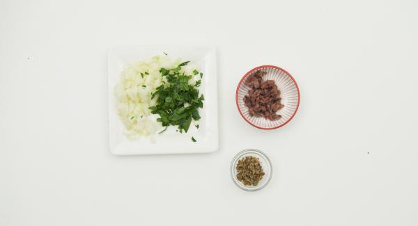Pelar y cortar la cebolla y el ajo en dados finos. Picar finamente las alcaparras y las anchoas. Picar las hojas de perejil.