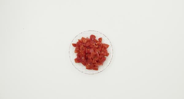 Escaldar los tomates, pelarlos y cortarlos en dados.