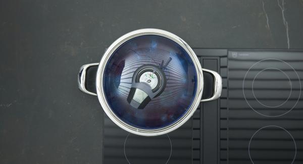 """Sofreir las cebollas y el ajo sin dejar de remover. Añadir los tomates cortados a dados, las alcaparras y las anchoas. Ajustar el fuego a temperatura máxima, calentar la sartén  hasta la ventana de """"zanahoria"""", bajar temperatura y cocinar 3 minutos con el Avisador (Audiotherm)."""