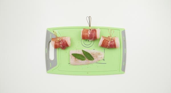 Sazonar el pescado por ambos lados con sal y pimienta. Colocar dos hojas de salvia sobre cada filete, envolver en una loncha de jamón y fijarla con un palillo de dientes.
