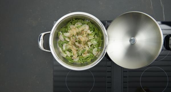 """Introducir las judías sin escurrir en la olla, espolvorear con las chalotas y el romero. Colocar la olla en el fuego a temperatura máxima. Encender el Avisador (Audiotherm) e introducir 10 minutos de tiempo de cocción. Colocarlo en el pomo (Visiotherm) y girar hasta que aparezca el símbolo de """"zanahoria""""."""
