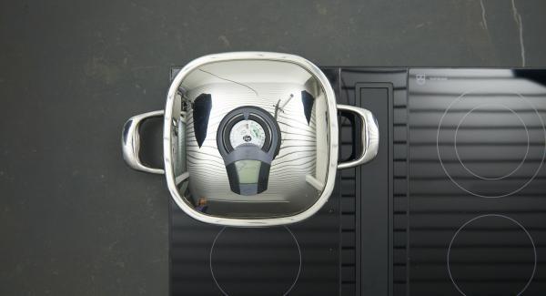 """Cuando el Avisador (Audiotherm) emita un pitido al llegar a la ventana de """"chuleta"""", bajar la temperatura y colocar el pescado. Tapar y freír con ayuda del Avisador (Audiotherm) hasta alcanzar la temperatura de 90º."""