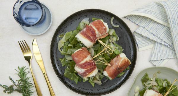 Sazonar las judías con sal, pimienta y aceite de oliva y colocarlos en un plato. Colocar el pescado encima.