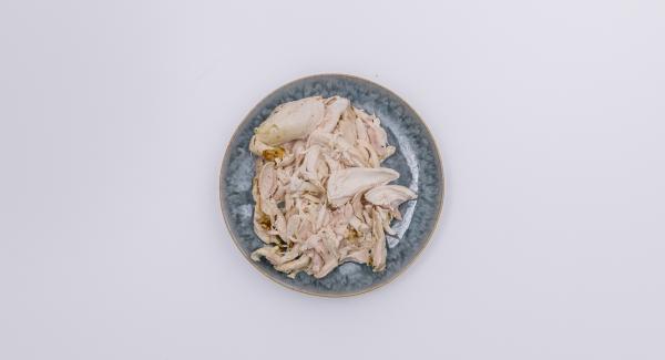 Dejar enfriar el pollo asado, quitar la piel y los huesos de la carne y cortar en trozos pequeños.