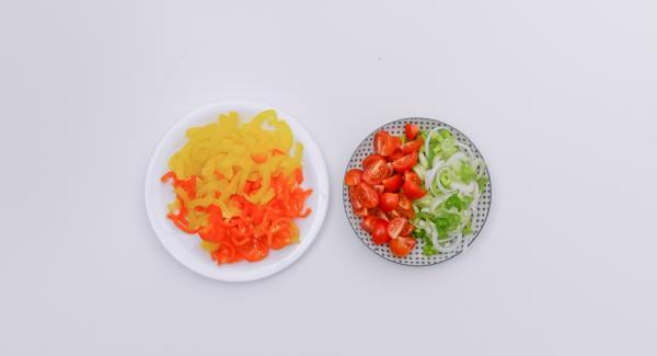 Limpiar y picar los pimientos. Cortar la cebolleta en aros y los tomates para cóctel por la mitad.