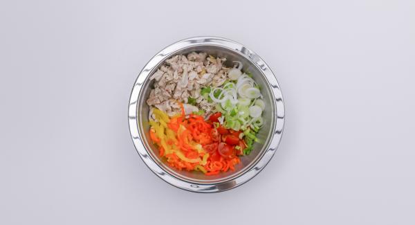 En un bol, añadir las verduras picadas y el pollo y mezclar bien.