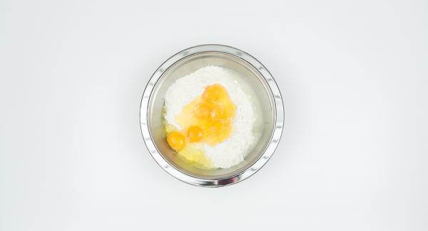 Mezclar los huevos con harina y 1/2 cucharadita de sal. Remover vigorosamente hasta que la masa cree burbujas y esté suficientemente espesa.
