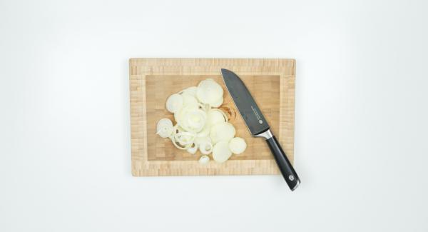 Pelar, partir por la mitad y cortar la cebolla en rodajas. Ponerla con mantequilla en una sartén y tapar.