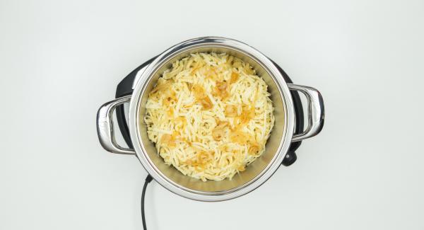 Colocar la olla en el Navigenio. Verter agua en la olla. Añadir los fideos, la cebolla y el queso, por ese orden.