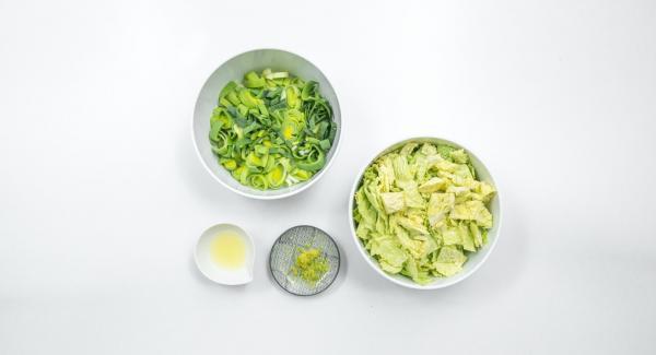 Limpiar la col de Milán y cortarla en cuadritos. Limpiar el puerro y cortarlo en anillos finos. Lavar el limón, rallar la cáscara y exprimir el jugo.