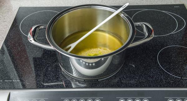 Poner el caldo de verduras en una olla. Añadir el zumo de limón y la ralladura de limón con los fideos de arroz al caldo y remover.