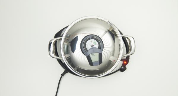 """Cuando el Avisador (Audiotherm) emita un pitido al llegar a la ventana de """"chuleta"""", bajar temperatura de Navigenio (nivel 2) y poner 4 porciones en la olla con ayuda de una cuchara."""