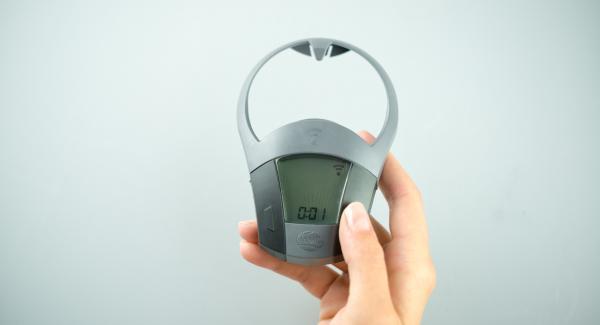 Colocar el Navigenio en modo de horno (poniéndolo invertido encima de la olla) y ajustar a temperatura alta. Cuando el Navigenio parpadee en rojo/azul, introducir 1 minuto en el Avisador (Audiotherm) y hornear.