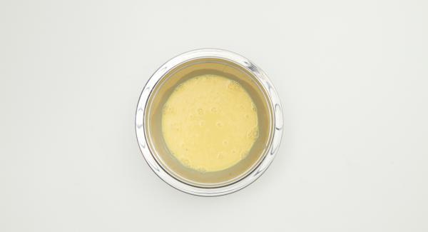 Batir los huevos, la crema y la leche y sazonar con sal y pimienta.