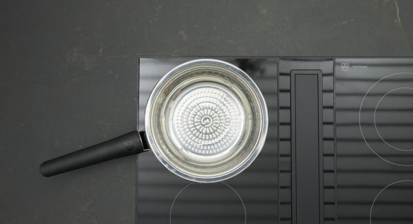 """Cuando el Avisador (Audiotherm) emita un pitido al llegar a la ventana de """"chuleta"""", bajar la temperatura y añadir aceite. Agregar los ingredientes bien mezclados, repartir bien y verter el huevo por encima."""
