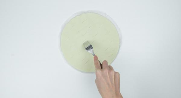 Extender la masa de hojaldre en redondo hasta aprox. 24 cm Ø y pinchar varias veces con un tenedor. Con ayuda de una tapa de 24 cm. cortar un círculo de papel de hornear un poco más grande que la base de la masa para que pueda sacar fácilmente la tarta de la sartén.