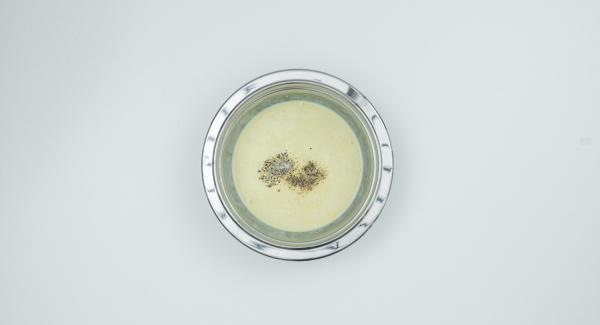 En un bol, mezclar bien la crema, el huevo, la cáscara de limón y el vino y sazonar con sal y pimienta.