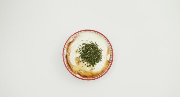 Picar finamente las hojas de romero. Mezclar con el yogur y el resto del jarabe de arce. Desmenuzar las galletas con el Quick Cut. Rellenar las mitades de melocotón con la salsa de fresa y adornar con yogur de romero y migas de chocolate.