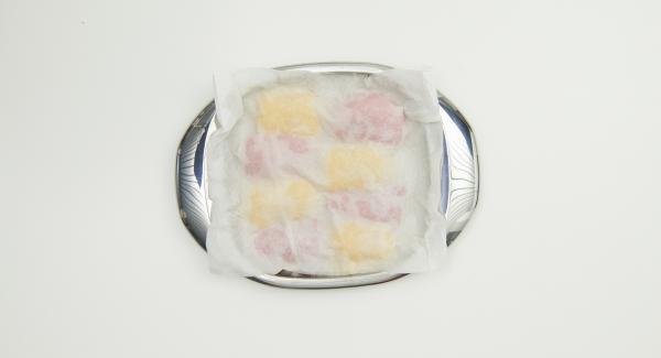 Retirar de la olla, colocar en un plato con la piel hacia arriba, cubrir con papel de cocina húmedo y dejar enfriar completamente. A continuación, pelar los pimientos y cortarlos en trozos del tamaño de un bocado.