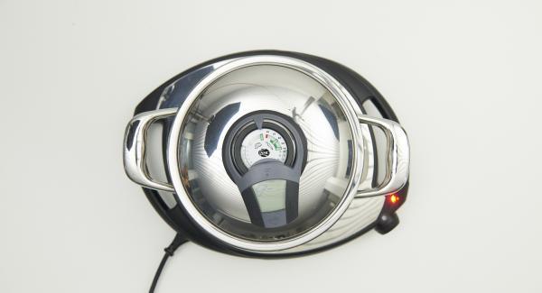 """Colocar la cebolla y el ajo en la olla y tapar. Colocar sobre el Navigenio a temperatura máxima (nivel 6). Encender el Avisador (Audiotherm), colocarlo en el pomo (Visiotherm) y girar hasta que se muestre el símbolo de """"chuleta"""". Cuando el Avisador (Audiotherm) emita un pitido al llegar a la ventana de """"chuleta"""", bajar temperatura de Navigenio (nivel 2), añadir el chorizo y saltear junto con la cebolla."""