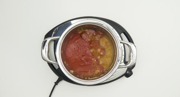 Añadir el pimentón, el tomate, el agua, los fideos y la hoja de laurel y remover bien.