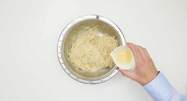 Cocer la pasta en agua salada según las instrucciones, escurrirla y mezclarla con aceite de cacahuete.