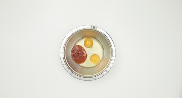 Cortar el filete de cerdo en tiras estrechas. Batir los huevos junto con la salsa asiática.