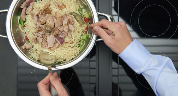 Añadir la pasta y la carne de nuevo y dejar que todo se caliente mientras se remueve. Sazonar con sal y pimienta.