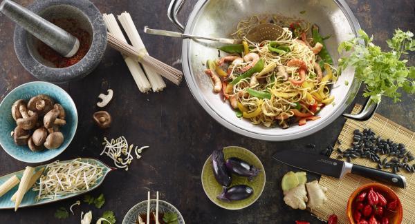 Picar el perejil finamente. Incorporar la mezcla de huevo y perejil, dejar reposar un poco, sazonar con pimienta y salsa de soja y servir inmediatamente.