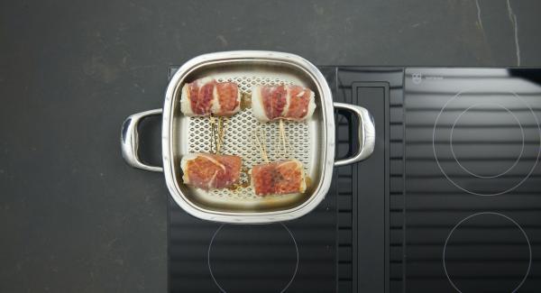 Dar la vuelta al pescado, tapar y freír de nuevo hasta que se alcance nuevamente los 90°C. Retirar el Arondo del fuego y dejar reposar el pescado otros 3 minutos, dependiendo del grosor.