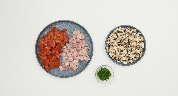 Cortar el jamón en dados finos, limpiar y cortar los tomates, limpiar los champiñones con un cepillo o paño y también picarlos finamente. Cortar finamente el cebollino. Mezclar todos los ingredientes.