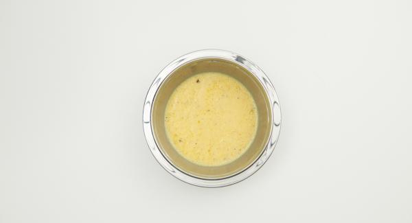 Mezclar los huevos con la leche hasta que estén espumosos, sazonar con sal, pimienta y nuez moscada, añadir el aceite.